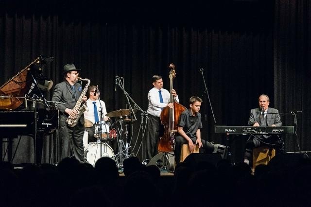 Duke Seidmann am Tenorsaxofon, Mario von Holten (Schlagzeug) und Arno Schulz (Kontrabass) vom Chris Conz Trio sowie Ruben und Raymond Fein begeisterten das Publikum mit fetzigem Boogie-Woogie. Bild: Lisa Aeschlimann
