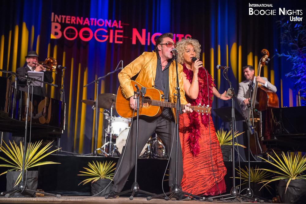 Typisch sind auch spontane Formationen, wie hier der Schweizer Boogie- Woogie-Musiker Nico Brina mit der Sängerin Greta Holtrop aus den Niederlanden.