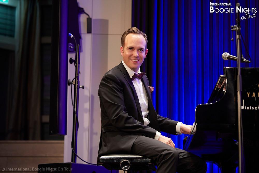 … sondern selbst ein äusserst versierter und deshalb erfolgreicher Boogie- Woogie-Pianist.