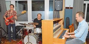 Chris Conz (r.) war der Stargast zum Auftakt der Session im Saal Bornemann – hier unterstützt von Frank Konrad (l.) und Udo Schräder. Foto: Nix