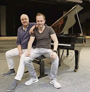 Chris Conz (rechts) spielt und moderiert am kommenden Freitag im Singsaal Moosmatt. Hans Karrer (links) hat den «Stride and Boogie Summit» ins Leben gerufen.