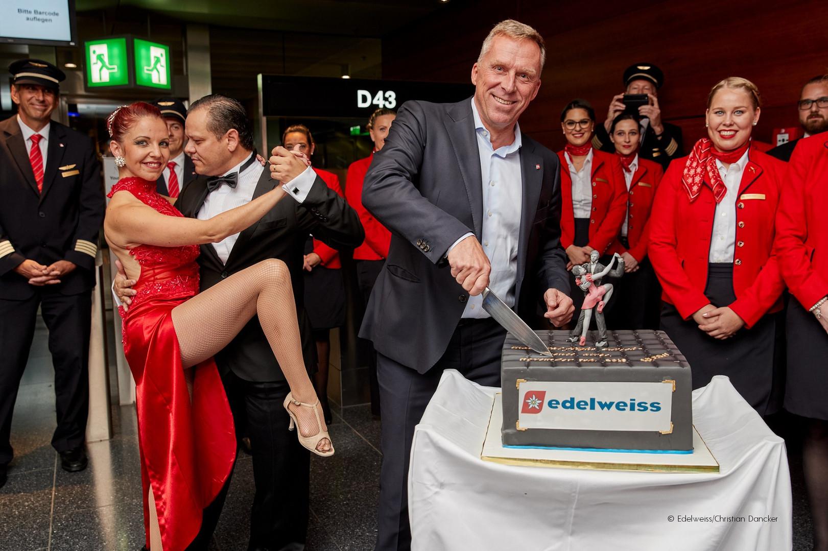 Edelweiss CEO Bernd Bauer beim Kuchenans