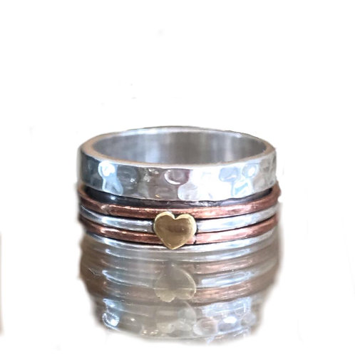 HAMMERED SPINNING SILVER RING WITH GOLD HEART