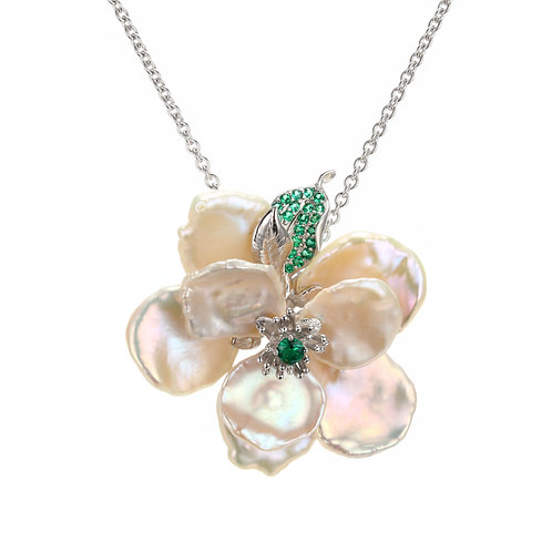 CAMELLIA FLOWER FRESHWATER PEARL NECKLACE W. GREEN SPINEL
