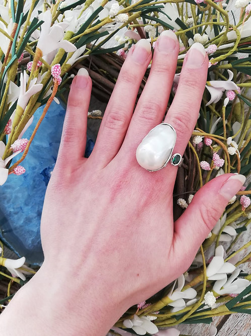LARGE BAROQUE PEARL SILVER RING WITH GREEN NANO SPINEL