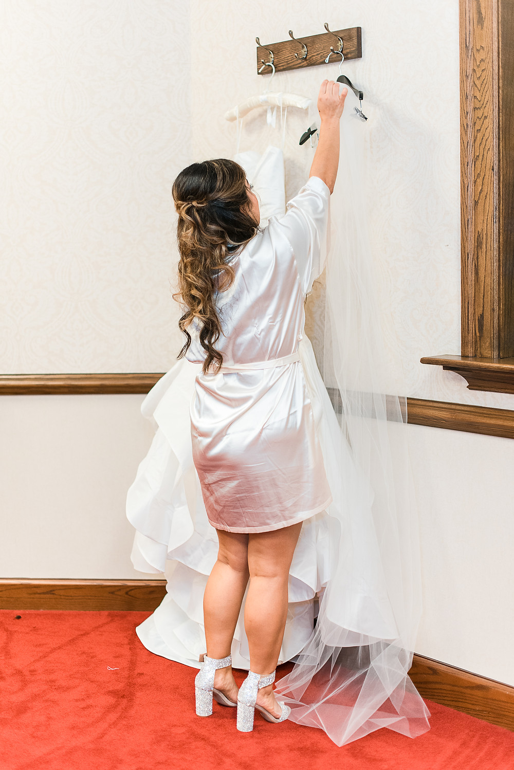 bride getting ready at holy spirit catholic church wedding