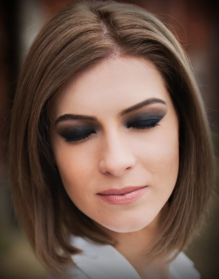 Smoky makeup model