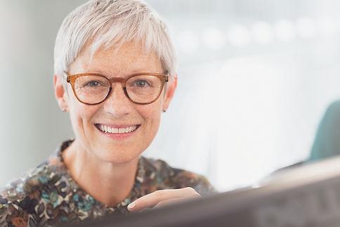 Retrato de una mujer mayor atractiva