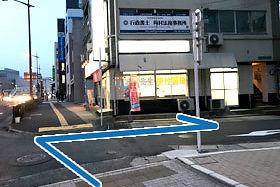 ⑥ 渡った後、Softbankから右折します。