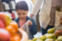 Petite fille dans un magasin d'épicerie