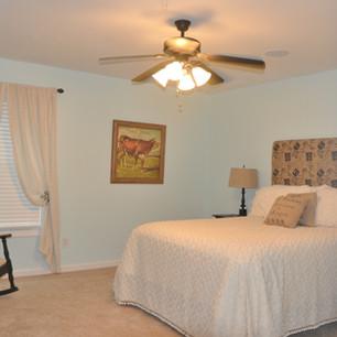 Upstairs Bedroom - Queen bed
