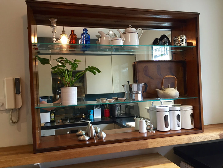 SHELVING UNIT WITH MIRROR BACKING