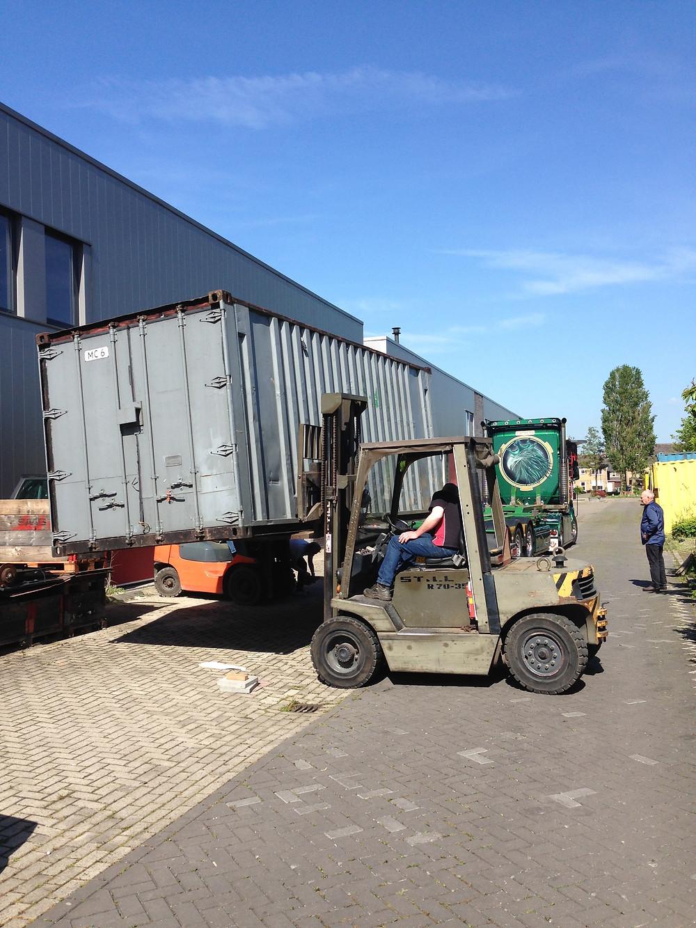 Container word op vrachtwagen gezet