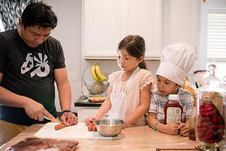 kids-helping-dad-cook_t20_GgOee6.jpg