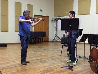 Destacado intérprete norteamericano dicta clase magistral de violín a estudiantes y profesionales de