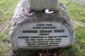 il affirme sa conviction de la survie de l'Esprit et son adhésion au spiritisme il s'éteint le 7 Juillet 1930 assis dans son fauteuil victime d'une crise cardiaque Il est enterré à Minstead petit village de New-Forest dans le comté de Hampshire en Angleterre Cercle spirite Allan Kardec antenne de l'Hérault spiritisme-herault.com béziers montpellier