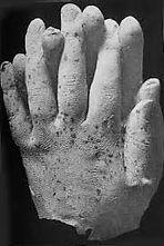 Dès son installation à l' I.M.I Gustave Geleyfaitvenir le médiumpolonais Franek Klusky 1873 -1943avec lequel il obtint des moules de membres matérialisésau cours d'expériences médiumniquescélèbres Comment sont réalisés ces moulages Aproximité du médiumon dispose un baquet d'eau chaude sur lequel flotte une pelliculede paraffine fondue Quand l'entité se matérialise on lui demandede plonger sa main son pied ou une partie de son visage dans lebaquet Il se forme aussitôt un moule de paraffine qui durcitrapidement au contact de l'air ou de l'eau froide laquellese trouvedans un baquet voisin Puis le membreectoplasmique se désintègreet laisse une espèce de gant très fragile à partir duquel sontobtenus des moulages Cercle spirite Allan Kardec antenne de l'Hérault spiritisme-herault.com