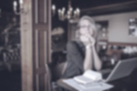 Mujer en un escritorio