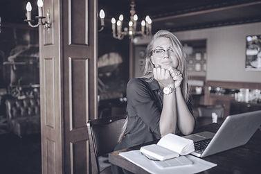 책상에 여성