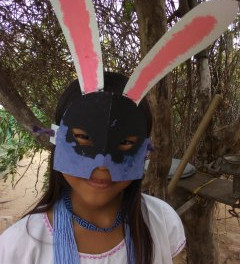 Niña KoWi con máscara pintada en Bogotá