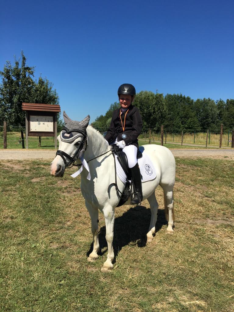 Auf dem Turnier in St. Hubert hat Lara Huylmans mit ihrem Pony Baroness in der Reiterprüfung Schritt-Trab den 5. Platz gemacht und in Schritt-Galopp den 2. Platz erreicht.