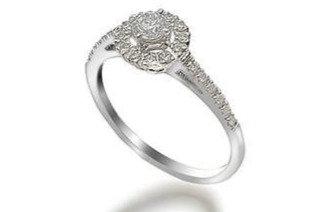טבעת אירוסין עדינה משובצת יהלומים מסביב