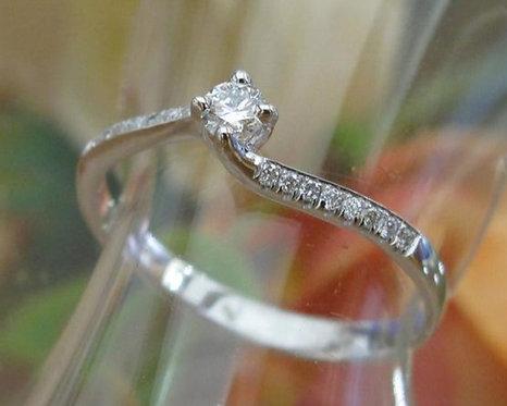 טבעת אירוסין בזהב לבן משובצת יהלומים 0.30 קראט