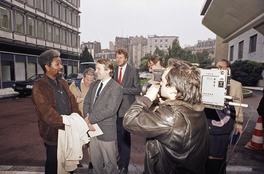 Credit: Achievement.org: 1986: Wole Soyinka with newsmen in Paris' UNESCO building shortly after he had won the Nobel Prize in Literature.