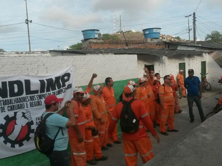 Garis protestam contra atraso no pagamento de salários, em Caruaru