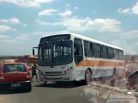Ônibus escolar que transportava crianças se envolve em acidente em Santa Cruz do Capibaribe