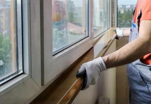 worker-installing-window-sill-on-260nw-6