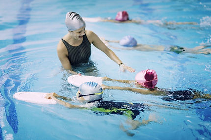 Kids-having-a-race-in-swimming-class-521
