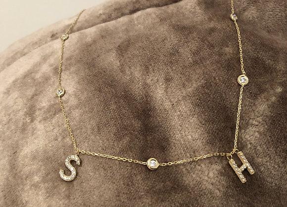 Collier initiales et strass incrustés plus diamant