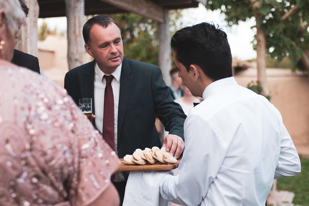 Sibarum-catering-wedding-masia-notari-waiter