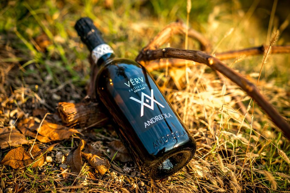 Foto ambientata bottiglia prosecco Valdobbiadene Fotografo Vidor