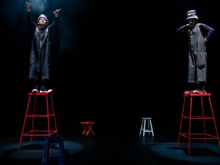"""Espetáculo teatral """"Os Tamboretes"""" de Ghil Brandão e Joca Andrade estreia em versão online"""