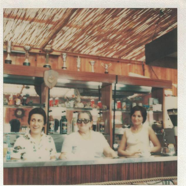 Agosto 1976_ Luisa con le nuore Vittoria e Maria.