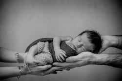 Photo bébé dans les mains parents