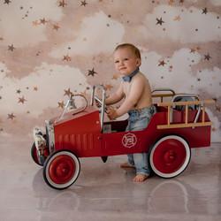 Bébé assis camion pompier vintage