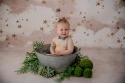 Bébé assis bassine bain de lait