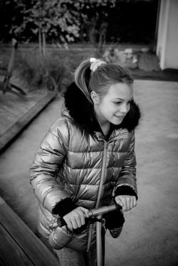 Jeune fille trotinette