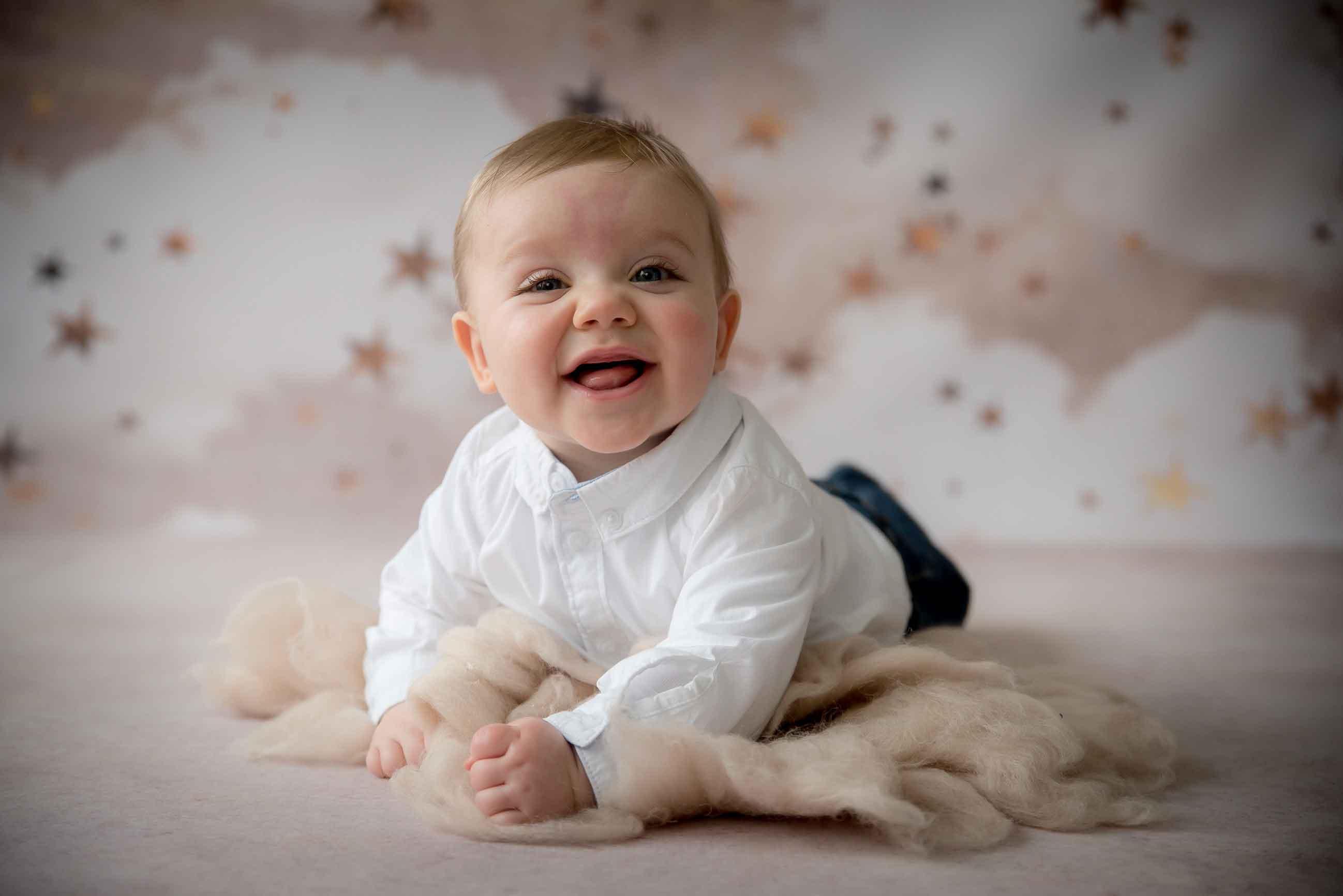 Bébé sur le ventre tient sa tête