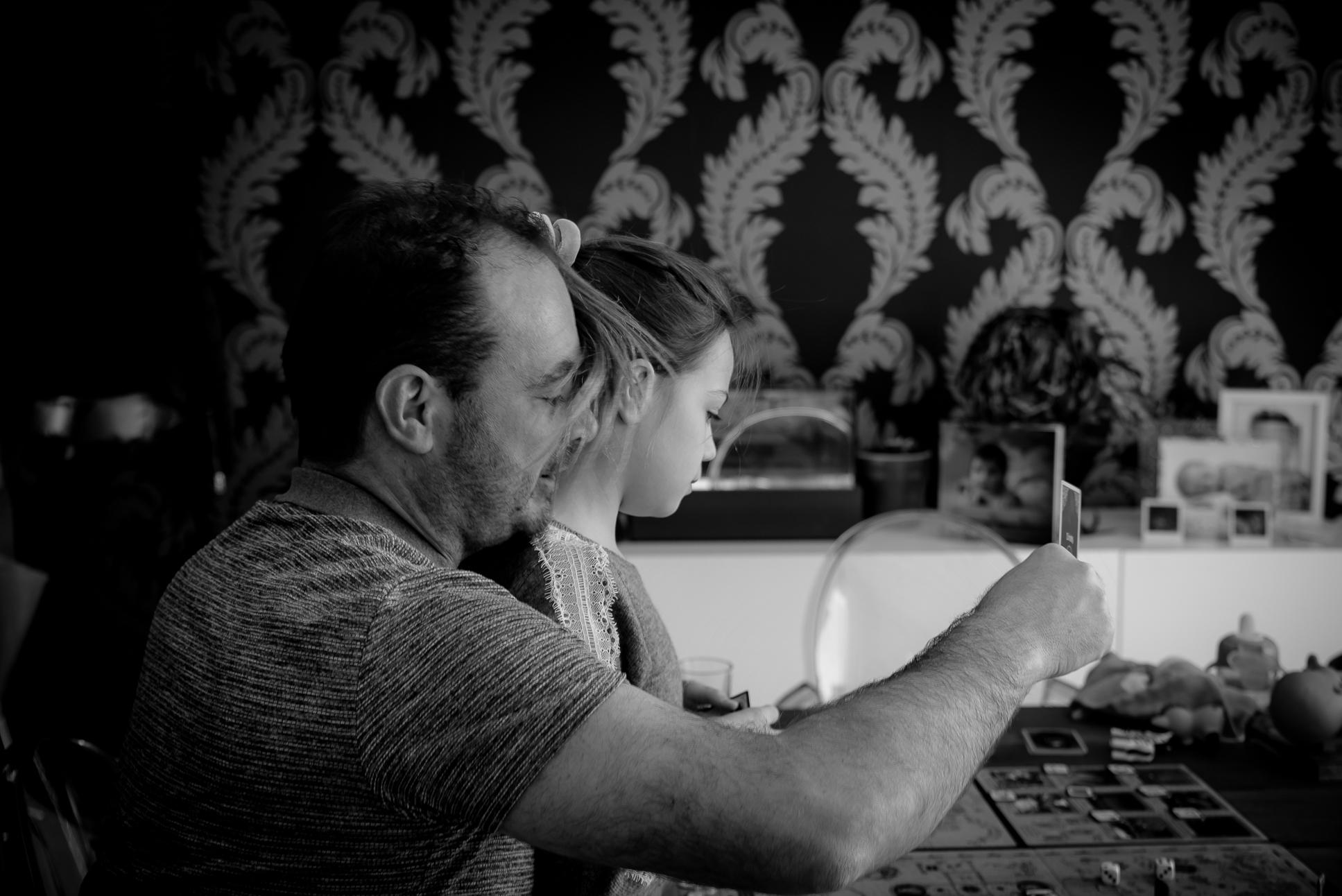 père et fille qui jouent