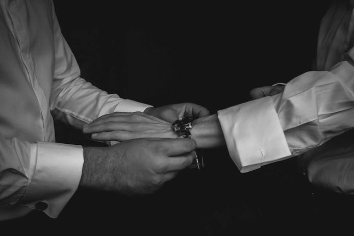 Témoin futur marié homme montre