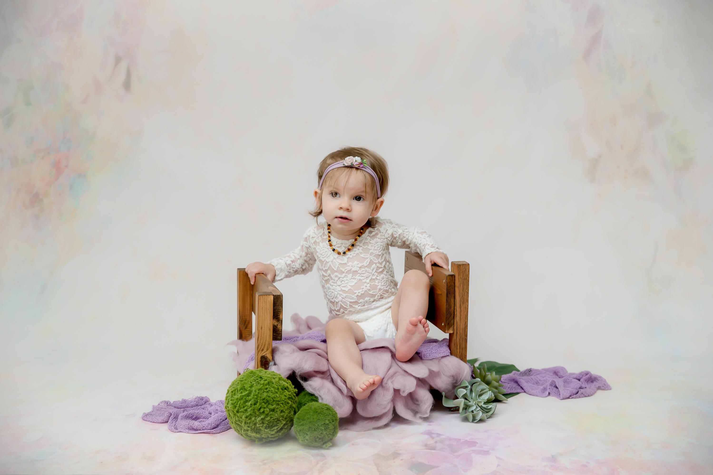 Bébé fille décor fleuri