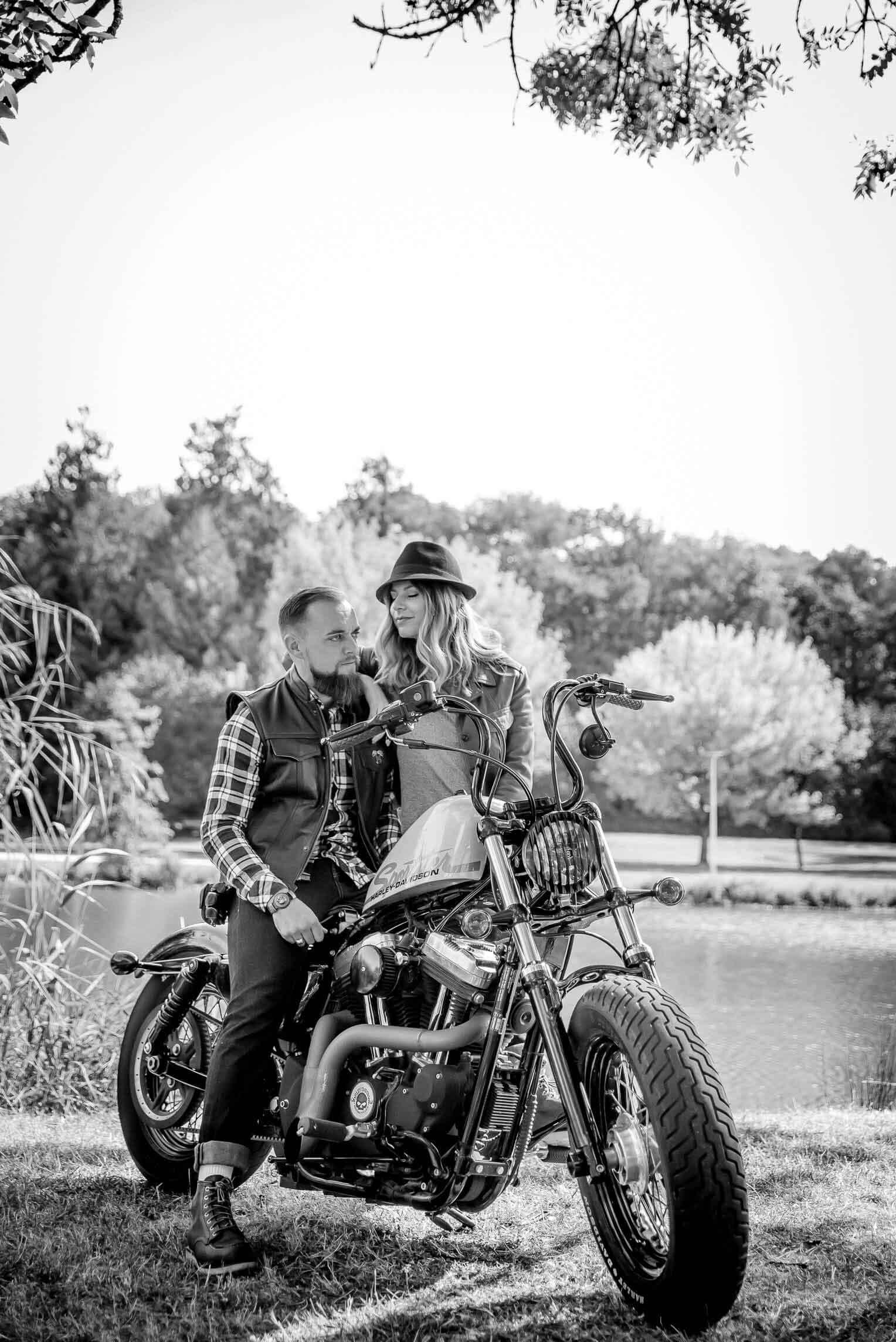 Lovers en moto Harley Davidson n&b