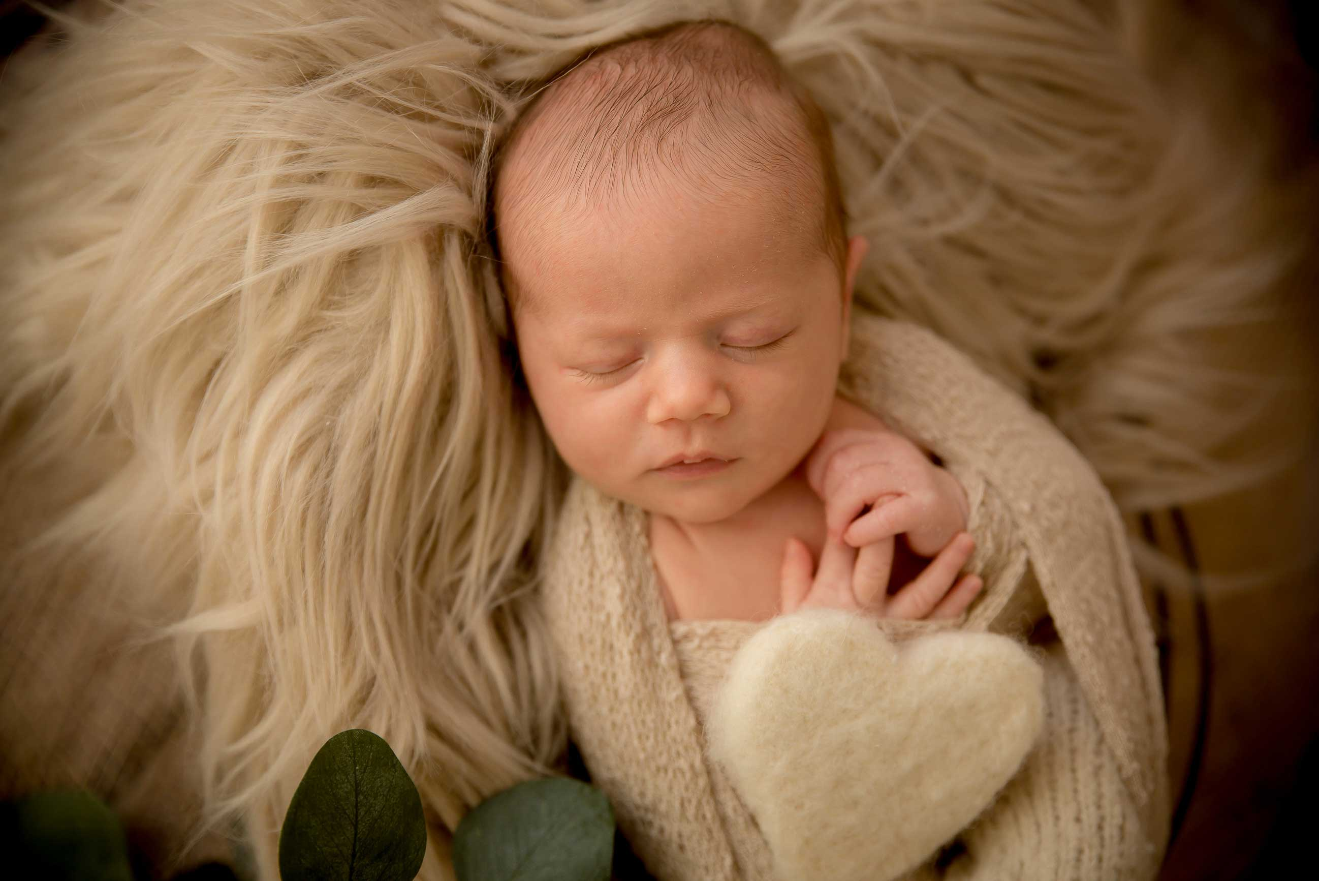 Bébé dans wrap beige cœur feuilles