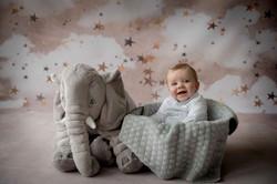 Bébé assis et gros doudou éléphant