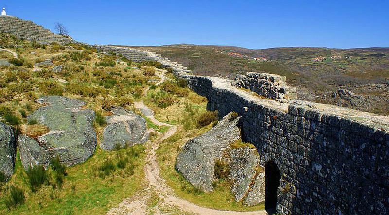 Castillo-de-Castro-Laboreiro.jpg