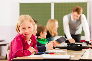 Menina em sala de aula